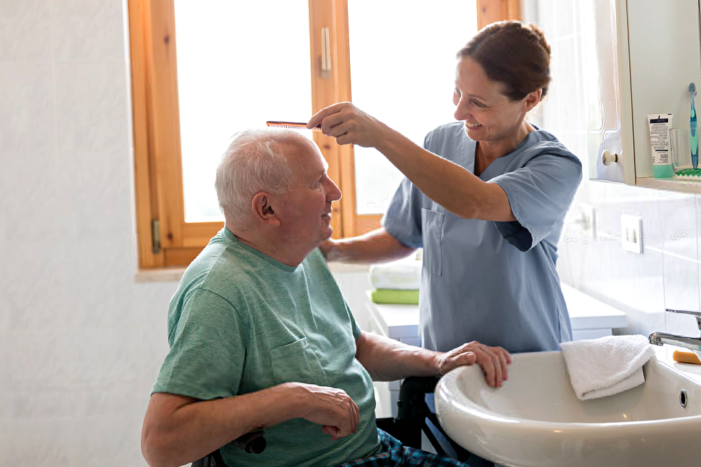Aide à l'hygiène pour personnes âgées
